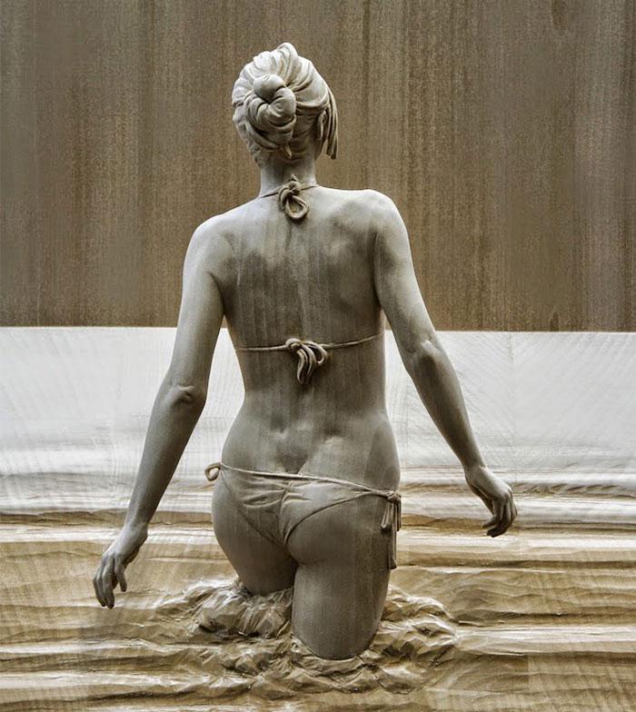 Estas estatuas humanas de madera tan realistas han sido talladas a mano por Peter Demetz