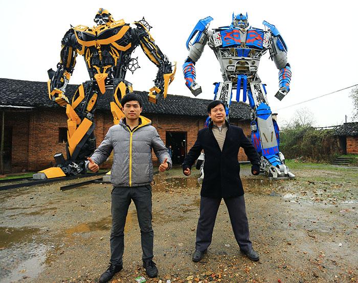 Este granjero chino y su hijo construyen Transformers a partir de chatarra