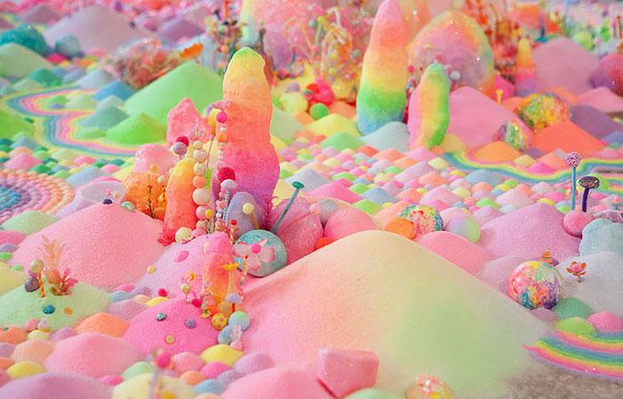 Esta artista utiliza miles de golosinas para transformar recintos en un mundo de dulces