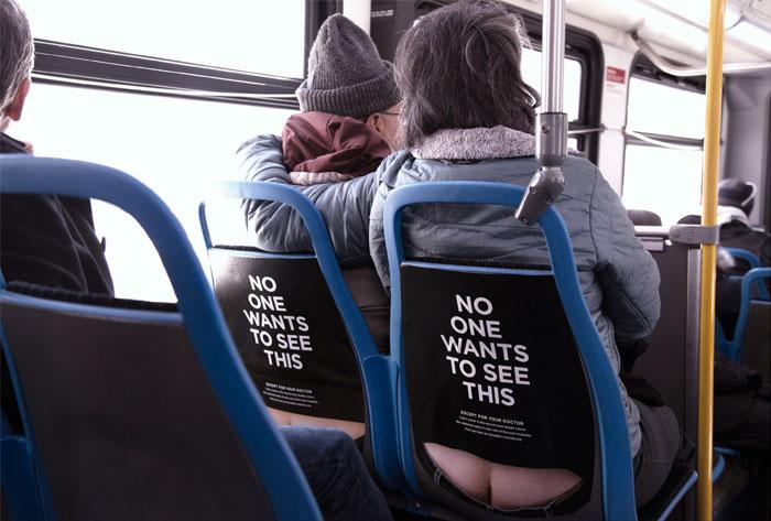 """Estos anuncios en los asientos del autobús muestran la """"hucha"""" para concienciar sobre el cáncer de colon"""