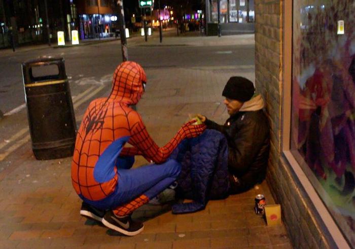 Un Spiderman anónimo reparte comida a los indigentes para demostrar que todos podemos ser héroes