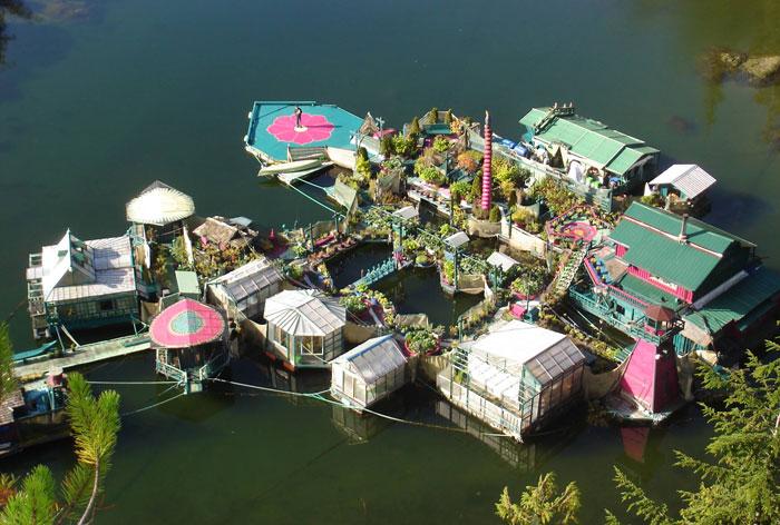 Esta pareja ha pasado 20 años construyendo una isla flotante sostenible para vivir de modo autosuficiente
