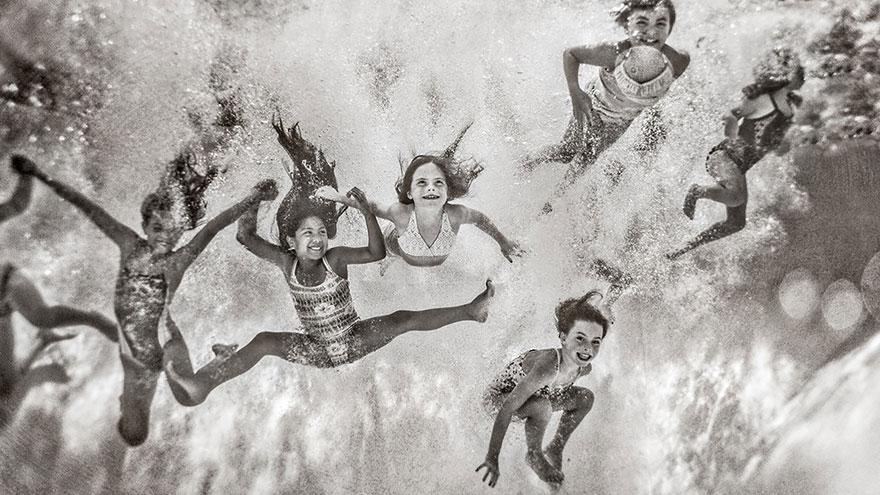Una madre capta unas fotografías impactantes de sus hijas para mostrar que 'la fuerza es la nueva belleza'