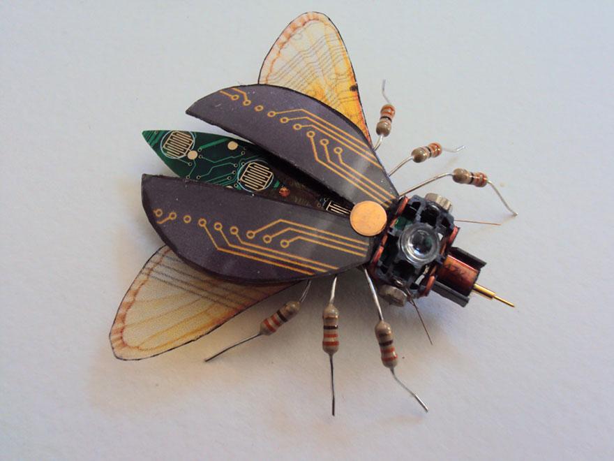 Estos insectos alados están hechos de componentes electrónicos y viejos circuitos