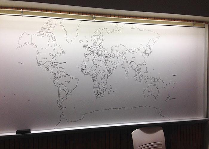 Niño de 11 años con autismo dibuja de memoria un mapa detallado del mundo