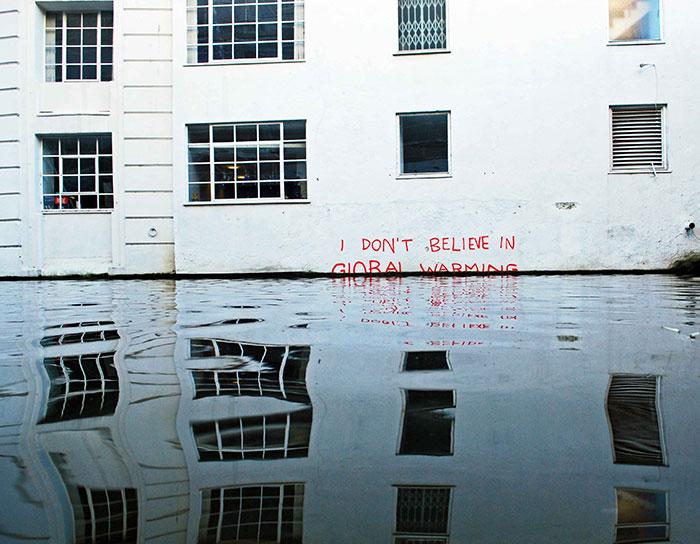 20 Elocuentes obras de arte urbano mostrando la desagradable verdad