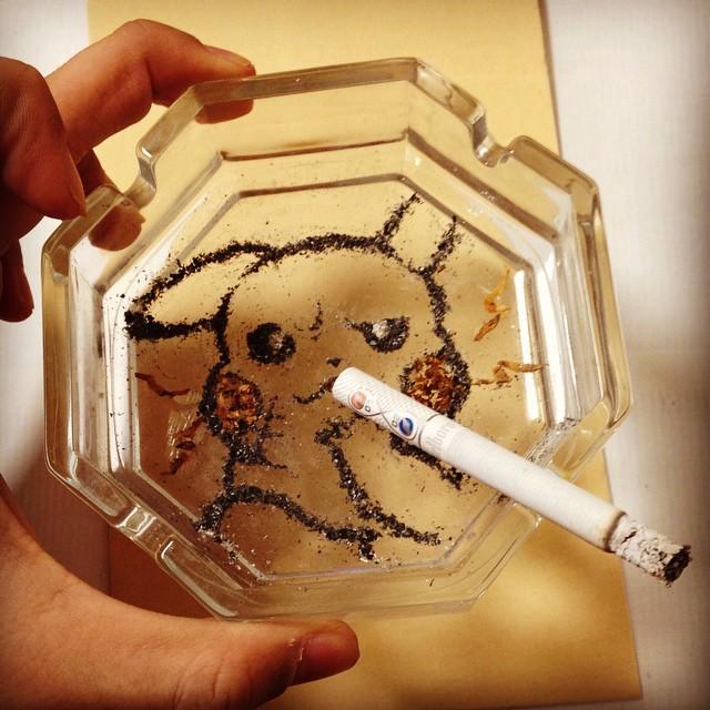 Fumar mata, pero este artista japonés hace arte con la ceniza de los cigarrillos