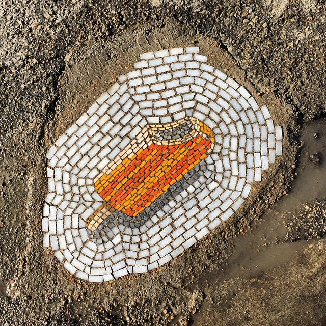 En Chicago no arreglan los baches y este artista los rellena con mosaicos de helados