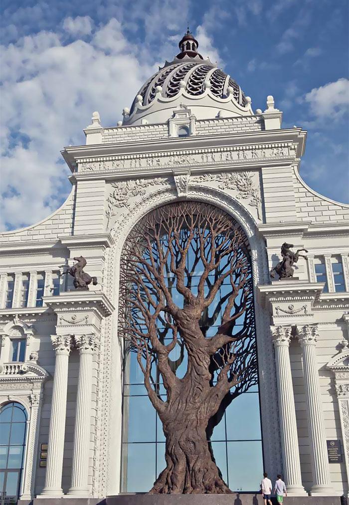 Este gigante árbol de metal da sombra en el Ministerio de Agricultura ruso