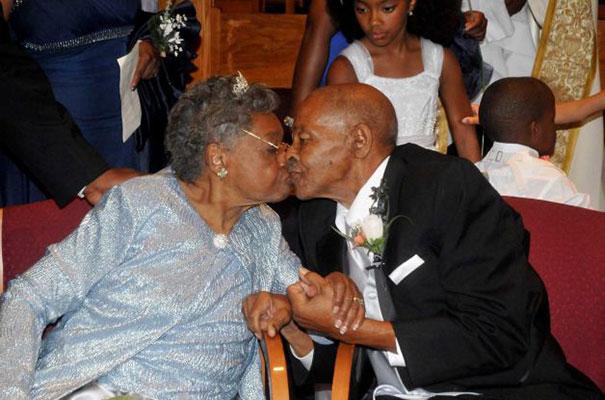 20 Parejas ancianas celebrando su boda y demostrando que nunca es tarde