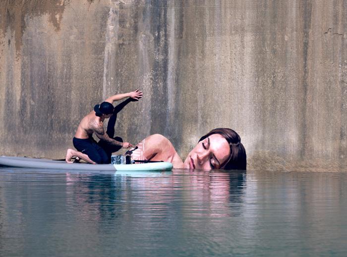 Este artista pinta asombrosos murales a nivel del mar sobre una tabla de surf