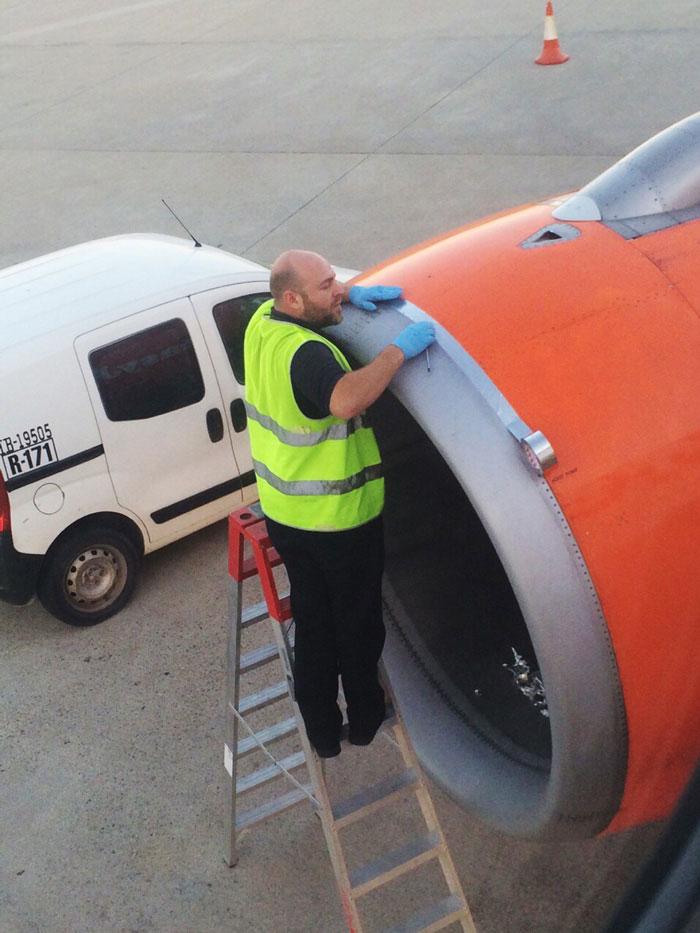 Este pasajero vio a un trabajador arreglando el avión con CINTA antes de despegar
