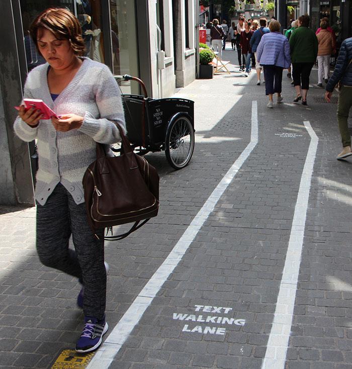 Los adictos al móvil consiguen su propio carril para caminar en Bélgica