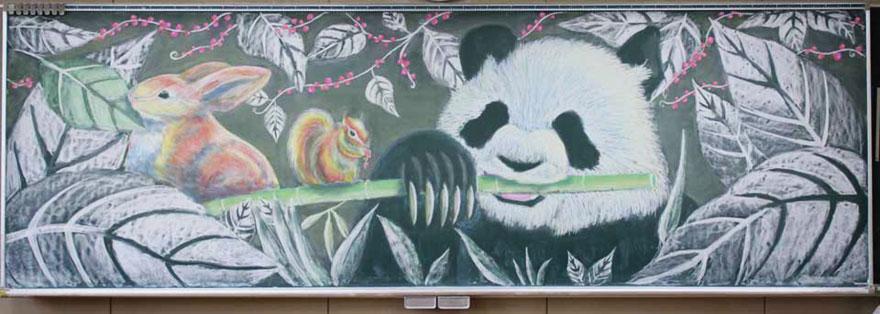 Estudiantes japoneses hacen asombrosos dibujos con tiza para un concurso de arte en pizarras