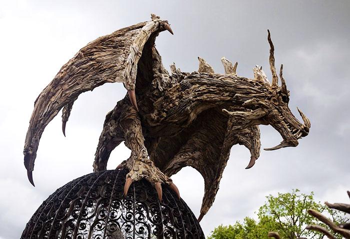 Esculturas de dragones y animales hechas con madera de deriva, por James Doran-Webb