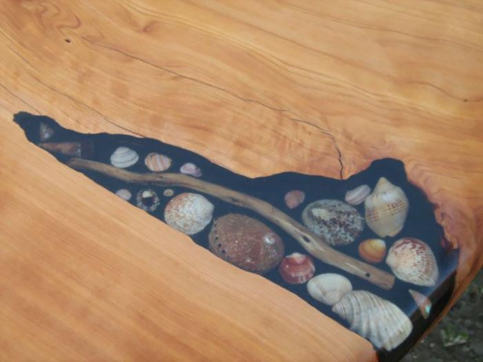 Estos artistas llenan las grietas de las mesas con conchas marinas, piedras y estrellas de mar