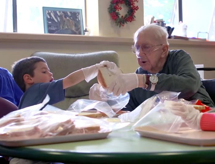 Meter a niños preescolares en una residencia de ancianos cambió las vidas de todos