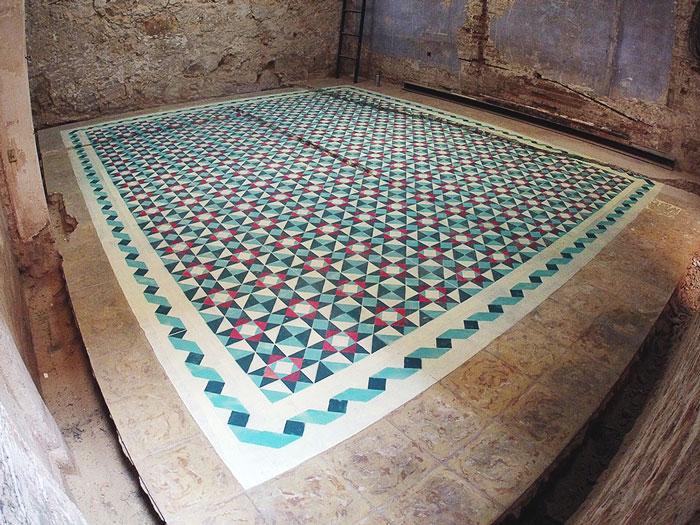 Este artista español pinta el suelo de edificios abandonados con preciosos patrones