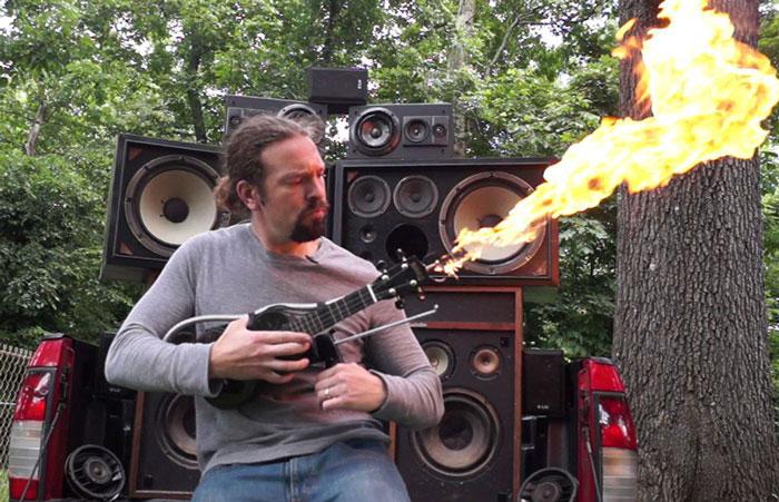 """Este hombre construyó un ukelele con lanzallamas inspirado en la guitarra de la película """"Mad Max"""""""