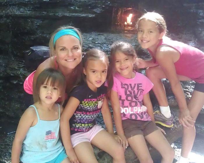 Esta madre adoptó a las 4 hijas de su mejor amiga tras morir de cáncer cerebral