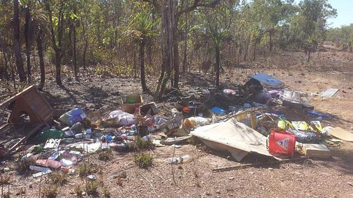 Un hombre tiró basura ilegalmente y se la devolvieron a casa tras olvidar su identificación en ella