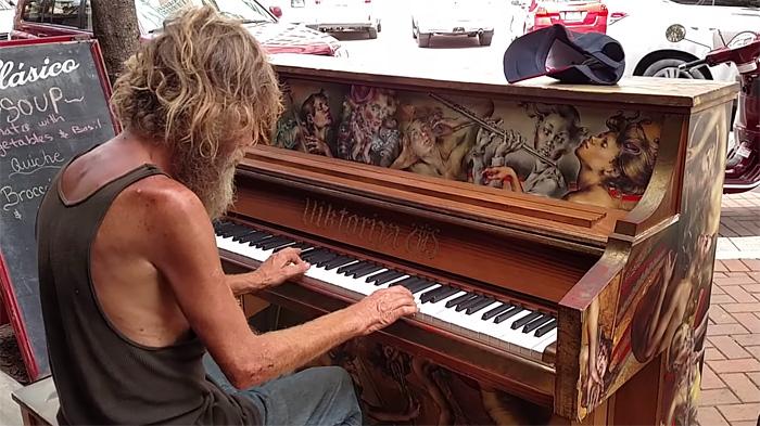 """Este indigente sorprende a todos tocando """"Come sail away"""" de Styx en un piano en la calle"""