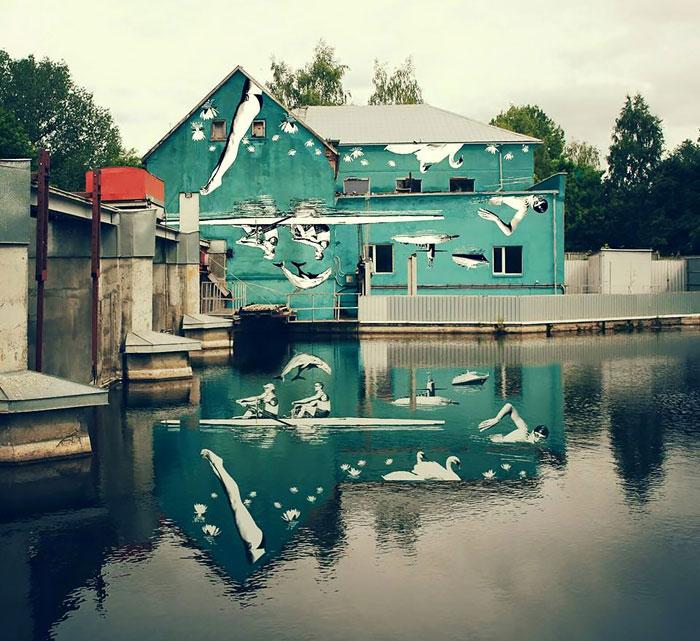 Este mural fue pintado al revés para que se viera su reflejo en el agua