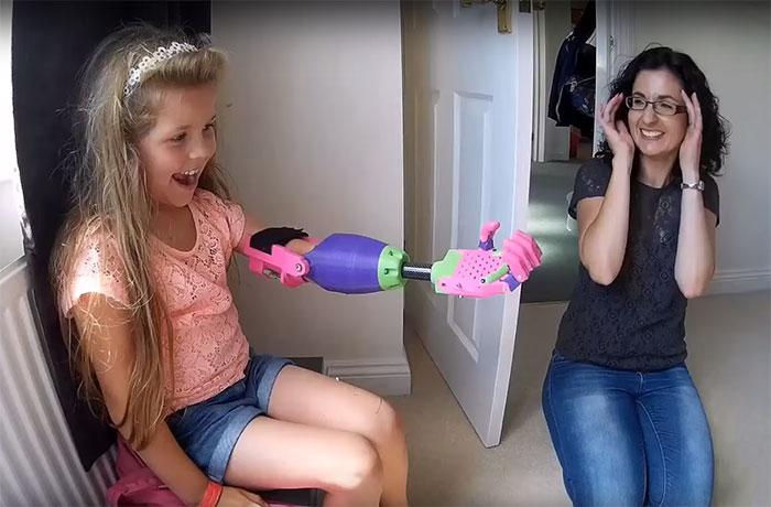 Esta niña recibió un brazo prostético impreso en 3D de un diseñador a quien también le falta un brazo