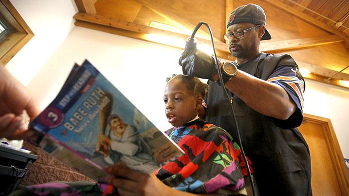Este barbero corta el pelo gratis a los niños que le lean un cuento