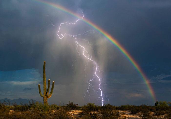 Un rayo y un arco iris captados juntos en una fotografía única en la vida