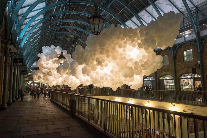 Este artista francés llena el mercado londinense de Covent Garden con 100.000 globos