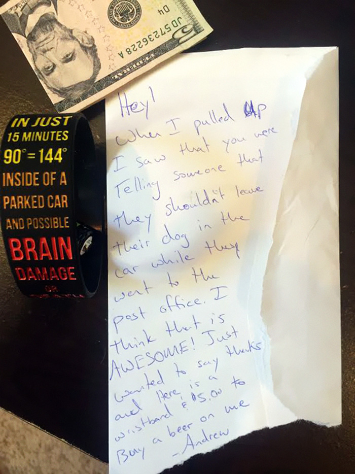 Un hombre se encontró una nota sorpresa en su parabrisas