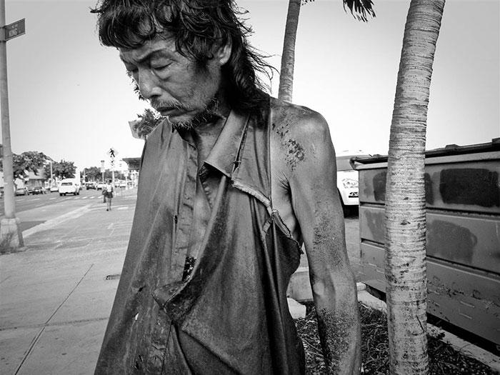 Tras 10 años fotografiando a indigentes, esta fotógrafa descubrió a su propio padre entre ellos