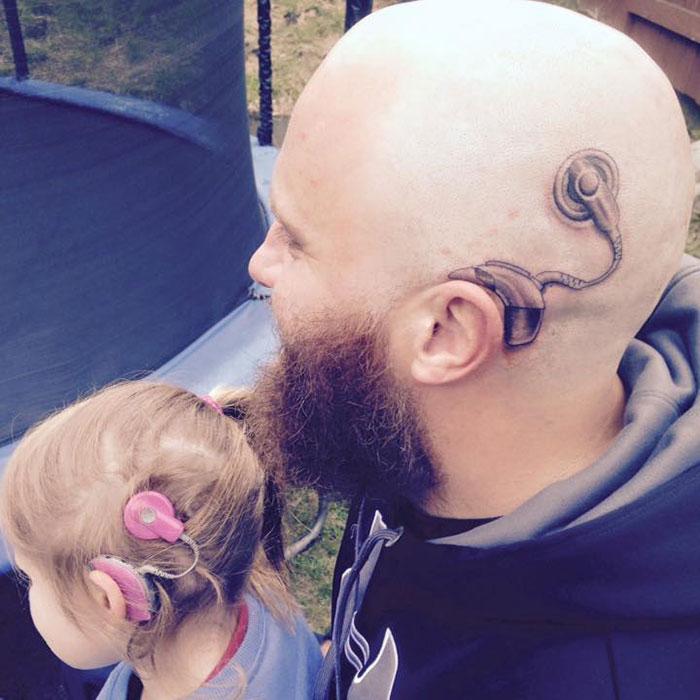 Este padre se hizo un tatuaje para que su hija no se sintiera distinta