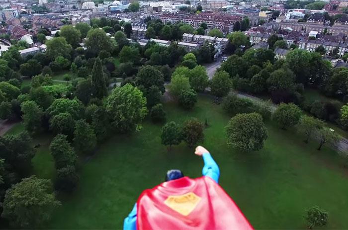 Este Superman de juguete pegado a un dron es mejor que la película de Superman