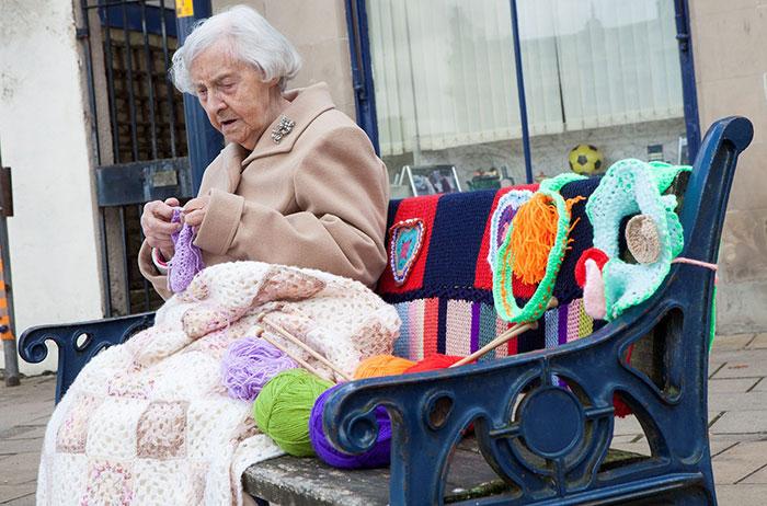 Esta artista urbana de 104 años llena su ciudad con sus obras de ganchillo