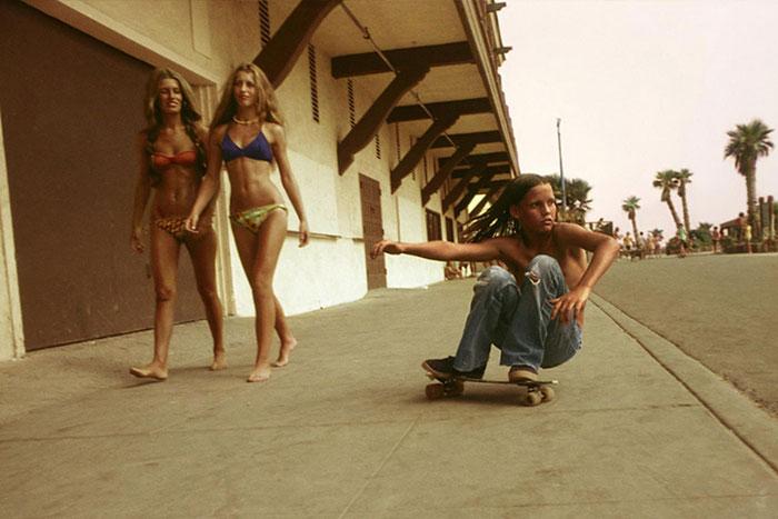 La cultura del monopatín en la California de los 70, documentada por Hugh Holland