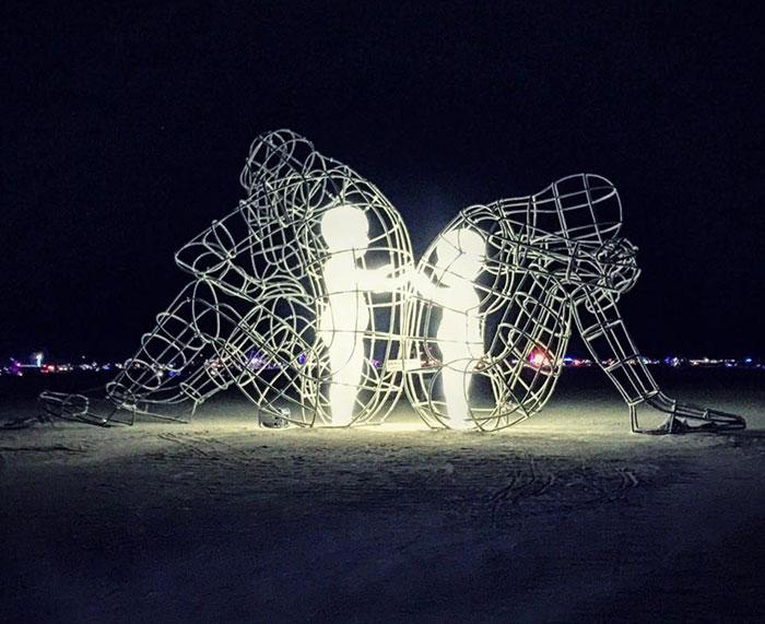 Esta elocuente escultura del festival Burning Man muestra a los niños interiores atrapados en cuerpos adultos