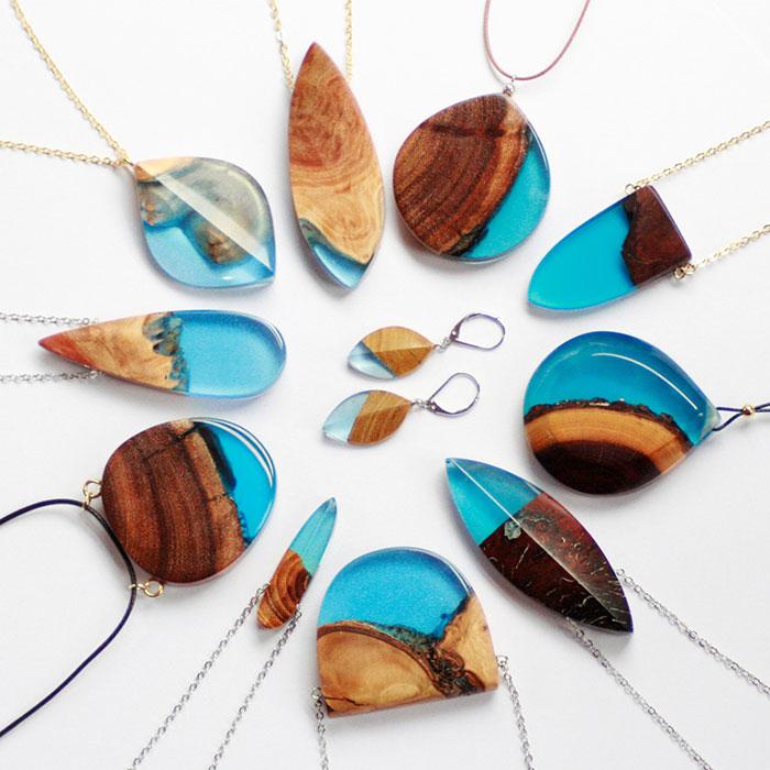 Esta artesana convierte madera vieja en joyería única usando su forma natural