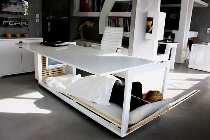 Esta mesa se convierte en una cama para poder echar la siesta en el trabajo