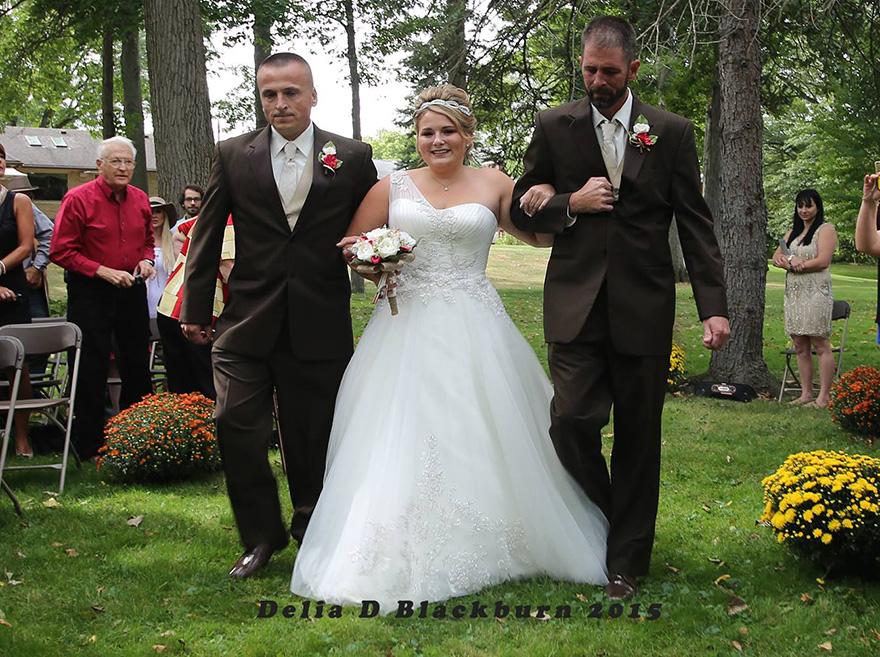 padre-padrastro-llevar-juntos-hija-altar-boda-brittany-peck (2)