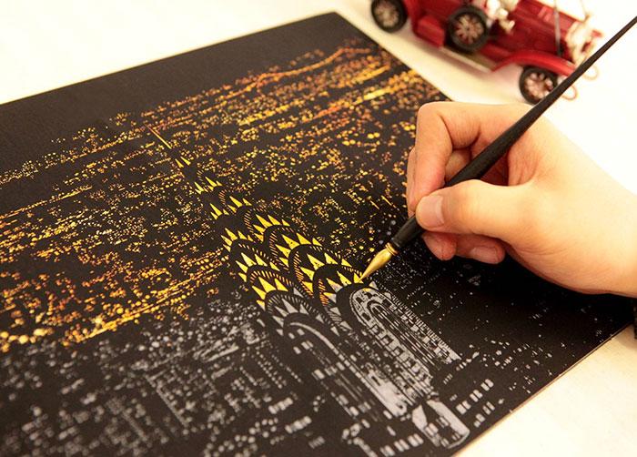 En esta alternativa a los libros de colorear puedes rascar la superficie para mostrar preciosas vistas nocturnas