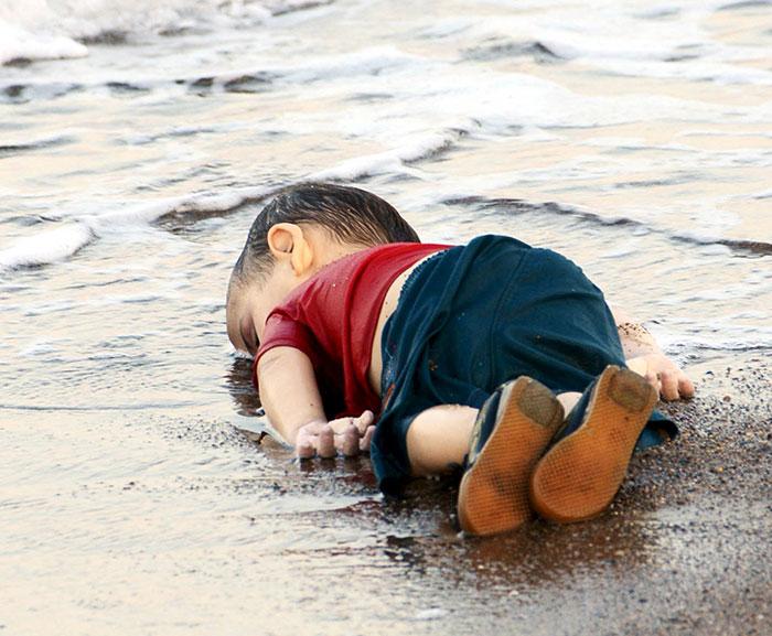 respuesta-artistica-nino-refugiado-sirio-ahogado (3)