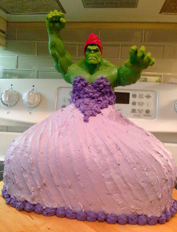 Unas gemelas de 4 años pidieron una tarta de Hulk princesa para su cumpleaños y sus padres se la hicieron