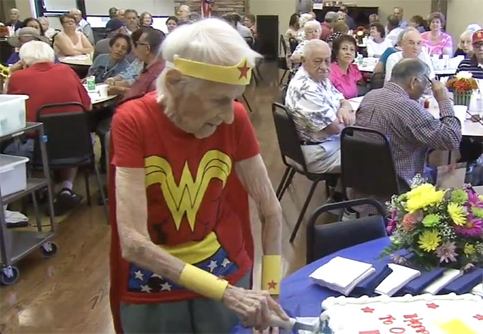 Esta anciana celebró su 103º cumpleaños disfrazándose de Wonder Woman y siendo voluntaria en un asilo