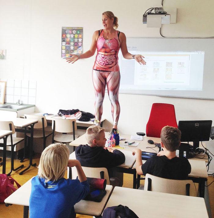 Esta profesora de biología tiene una manera única de enseñar anatomía en clase