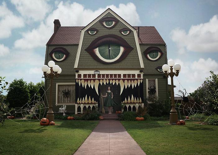 Esta artista convierte el hogar de sus padres en una casa encantada salida de una película de Tim Burton