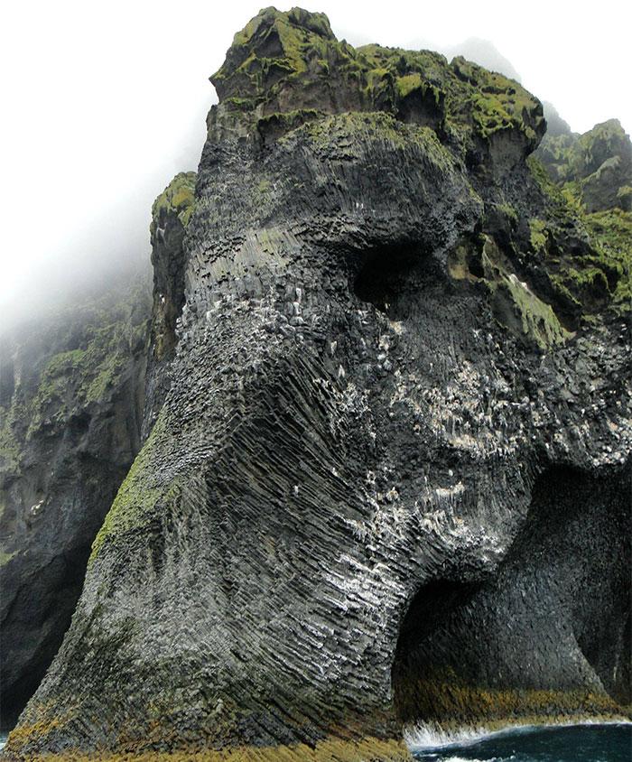 Un elefante gigante emerge del océano en Islandia