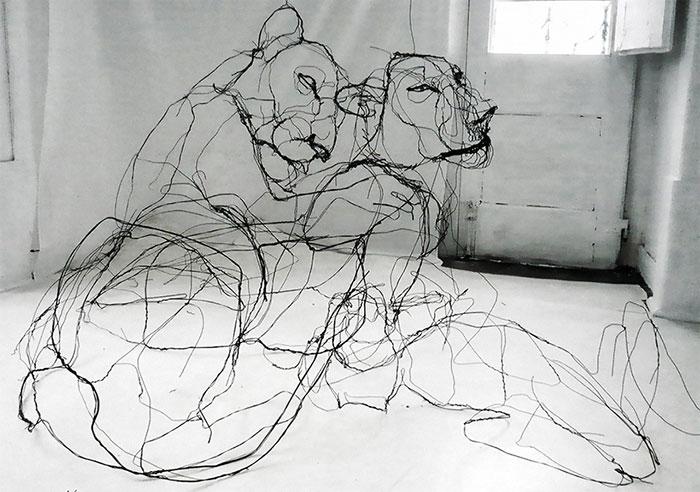Esculturas de alambre en formas animales que parecen garabatos, por David Oliveira