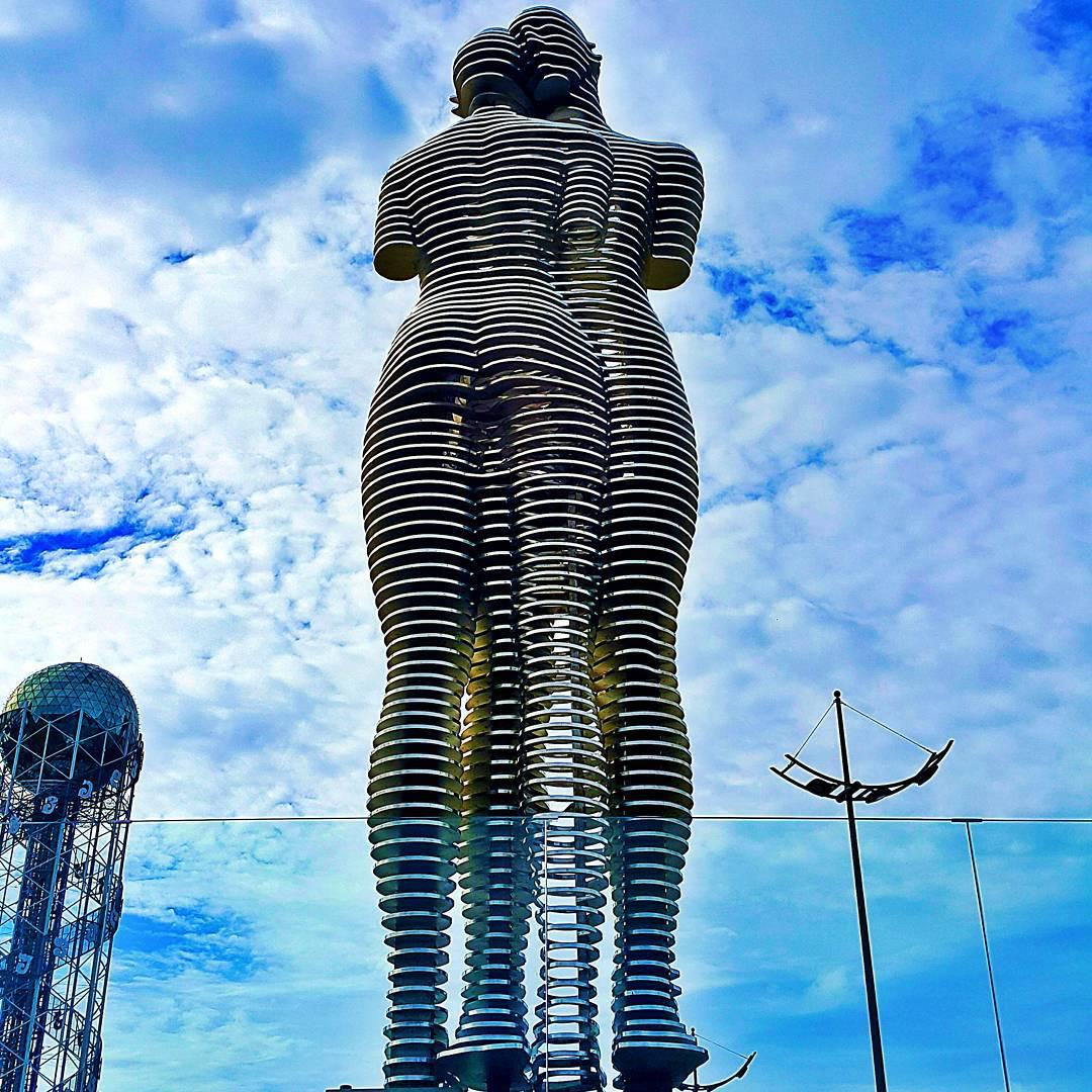 estatuas-moviles-metal-historia-amor-ali-nino-georgia (4)